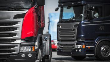 červený a modrý kamión